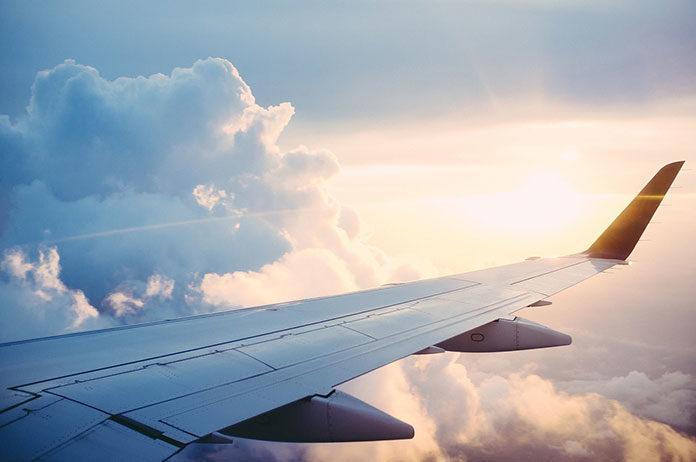 Jak przygotować się do długiej podróży samolotem?